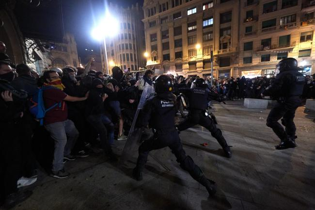 Unionists rallied in Barcelona after independence supporters clash with police